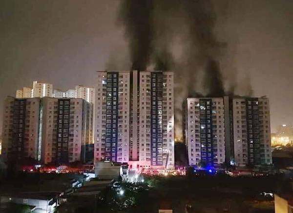 Khu căn hộ Carina Plaza lúc bắt đầu bốc cháy